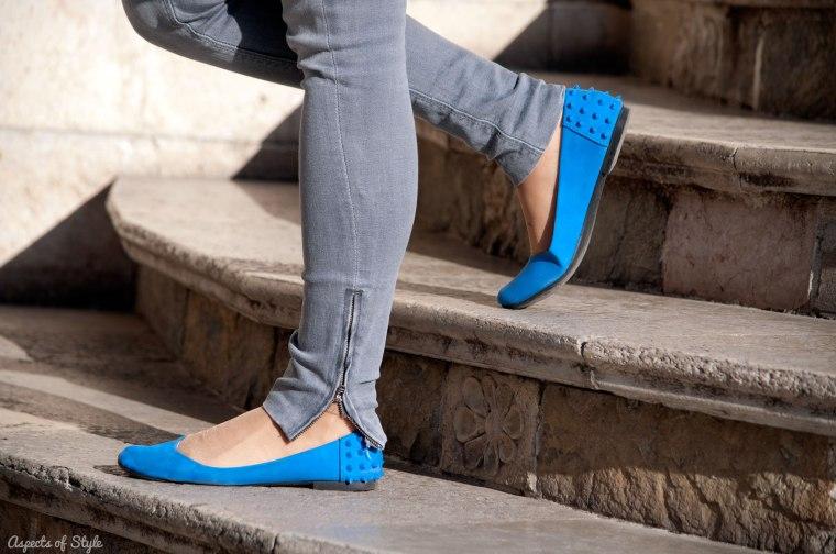 grey jeans blue shoes